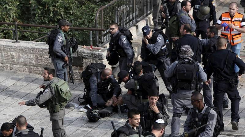Un policía israelí acuchillado yace en el suelo atentadido por sus compañeros en la Ciudad Vieja de Jerusalén, el 10 de octubre. Jerusalén ha sido uno de los focos principales, junto con Hebrón, de esta oleada de ataques.