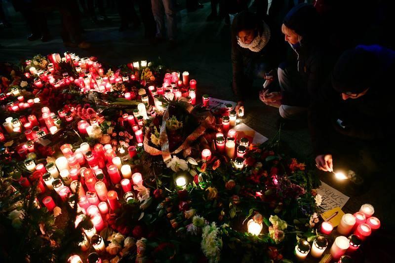 Centenares de personas han dejado flores, velas y misivas en el lugar del atentado terrorista.