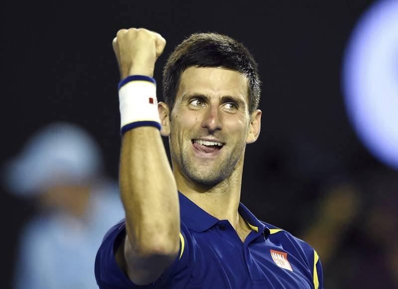 El tenista serbio Novak Djokovic celebra su victoria por 6-1, 6-2, 3-6 y 6-3 ante el suizo Roger Federer tras la semifinal del Abierto de Australia (28 de enero de 2016).