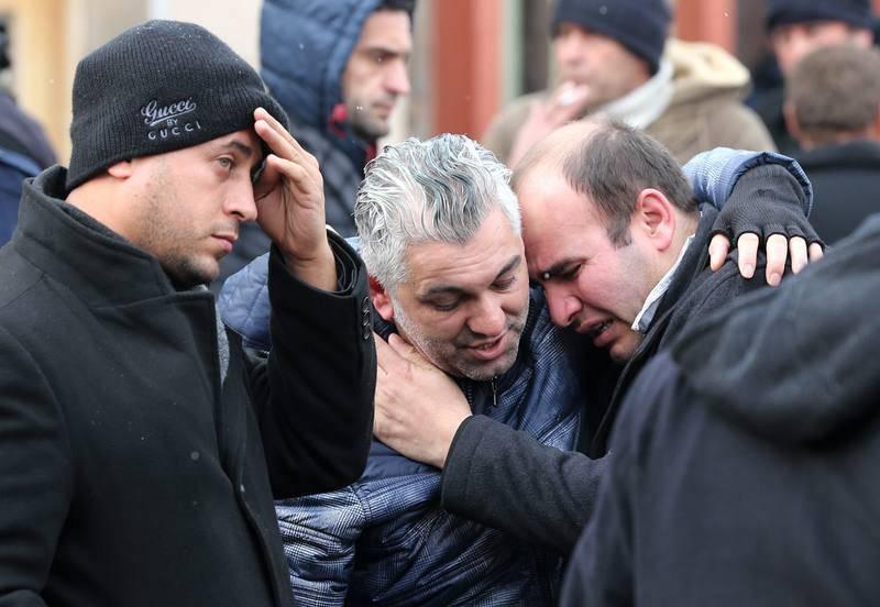 Familiares de las víctimas acuden a los alrededores del club Reina