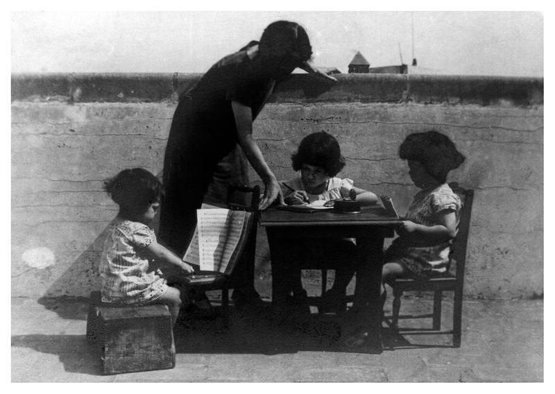 La pequeña Alicia de Larrocha juega a tocar el piano