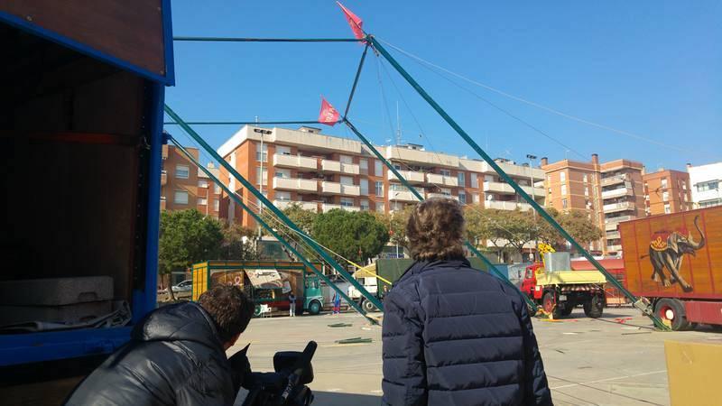 Aixecant els màstils del Circ Raluy Legacy a Gavà.
