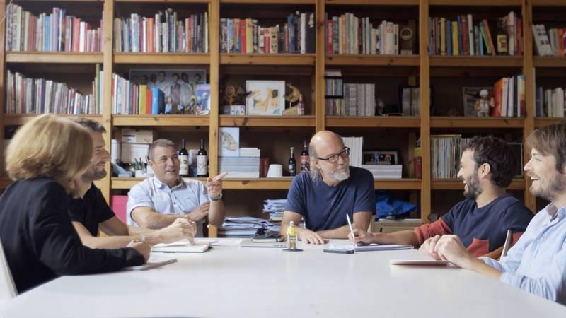 Toni Segarra, en una reunión con su equipo de trabajo