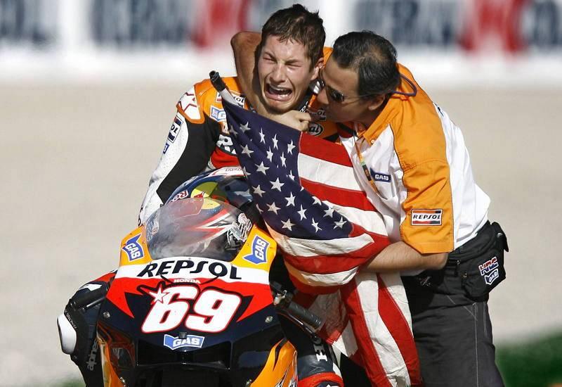 El piloto estadounidense del Repsol Honda Team, Nicky Hayden, llora emocionado al finalizar la prueba de Moto GP en la que se ha proclamado Campeón del Mundo 2006.