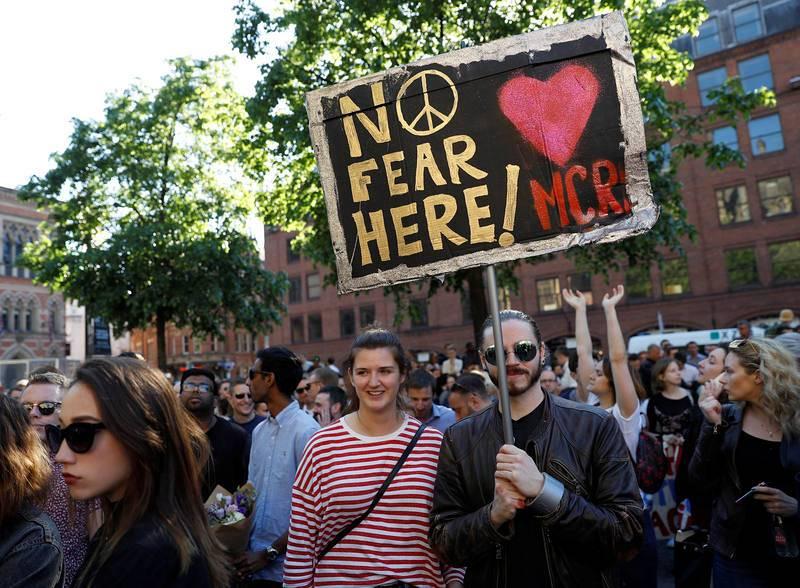 """Uno de los asistentes a la vigilia celebrada ante el Ayuntamiento de Manchester sostiene un cartel que asegura: """"¡Aquí sin miedo!""""."""