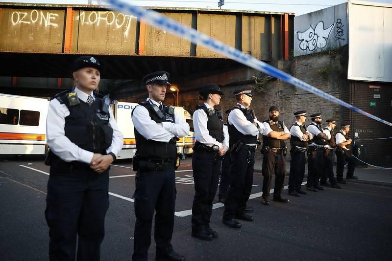 Cordón policial junto a la mezquita y el Centro Islámico de Finsbury Park, en el norte de Londres, donde se ha producido el atropello mortal en la madrugada del lunes. Al menos ha muerto una persona y hay ocho heridos.