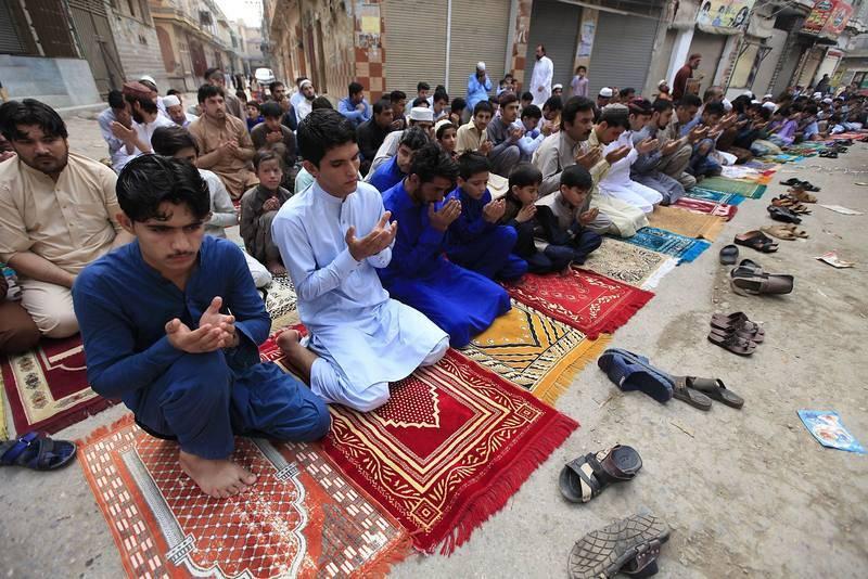 Musulmanes celebran la fiesta de Eid al Fitr, que marca el final del mes sagrado de ayuno del Ramadán, en una mezquita de Peshawar, Pakistán.