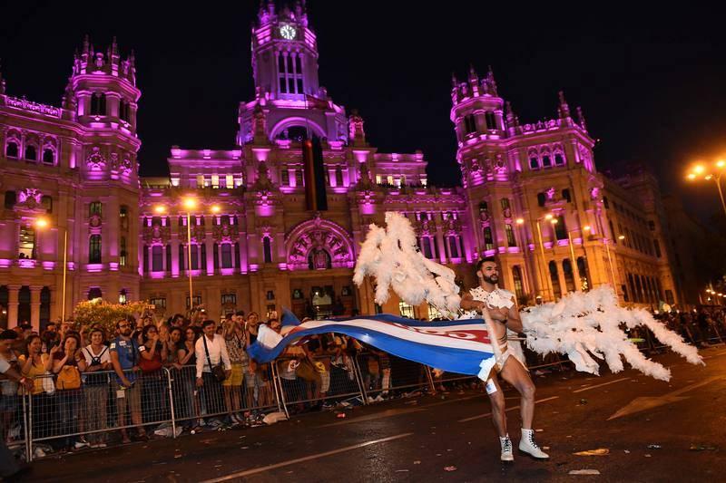 Un participante en la marcha del World Pride en Madrid posa en la Plaza de Cibeles