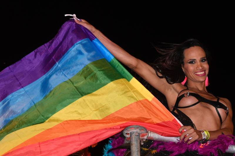 Las banderas arcoiris ondean sobre el cielo de Madrid durante el desfile del World Pride
