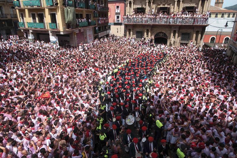 La Plaza Consistorial recibe a miles de personas por el chupinazo
