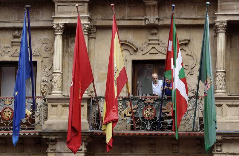 La ikurriña, presente en el chupinazo desde el balcón del Ayuntamiento de Pamplona