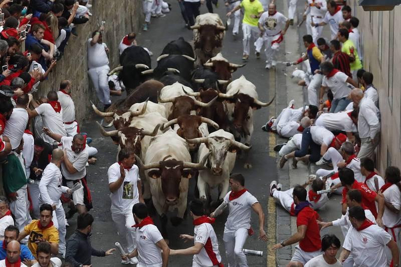 TERCER ENCIERRO DE LOS SANFERMINES 2017 muy rápido de dos minutos y 22 segundos Los mozos corren delante de los toros de la ganadería salmantina de Puerto de San Lorenzo, en la cuesta de Santo Domingo