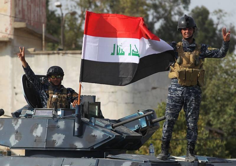 Miembros de la policía federal de Irak exteriorizan su alegría tras recuperar la Ciudad Vieja de Mosul