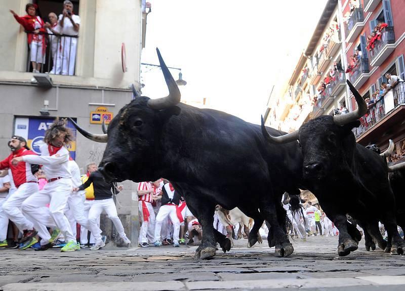 Los toros de Victoriano del Río han dejado imágenes impresionantes, como esta de la manada llegando muy unida y veloz como una flecha a la curva de la calle Estafeta