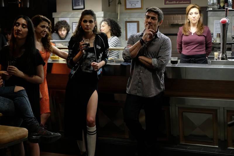 ¿De qué estarán disfrutando los clientes del bar La Parra?