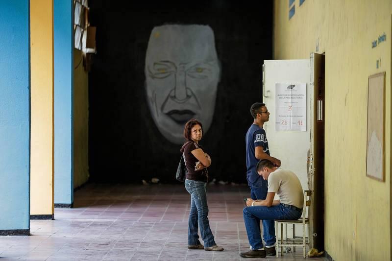 Ciudadanos asisten a votar durante las elecciones de la Asamblea Nacional Constituyente en Caracas.