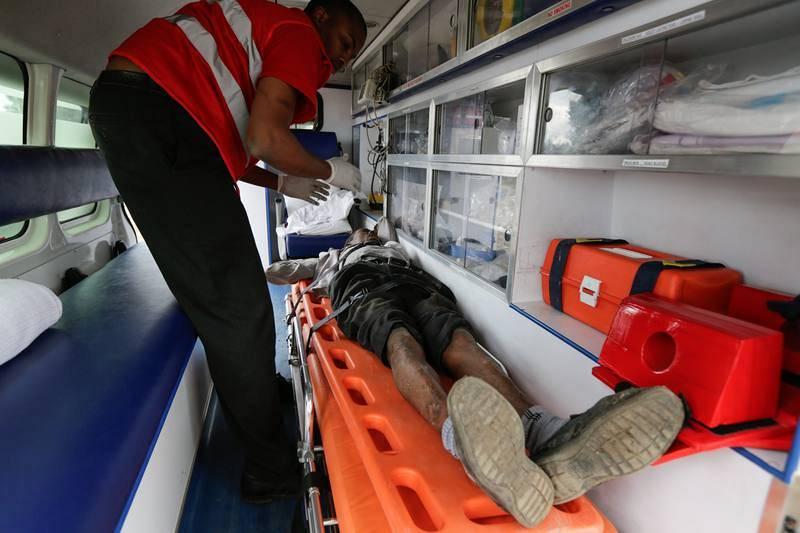 Una ambulancia atiende a un manifestante herido