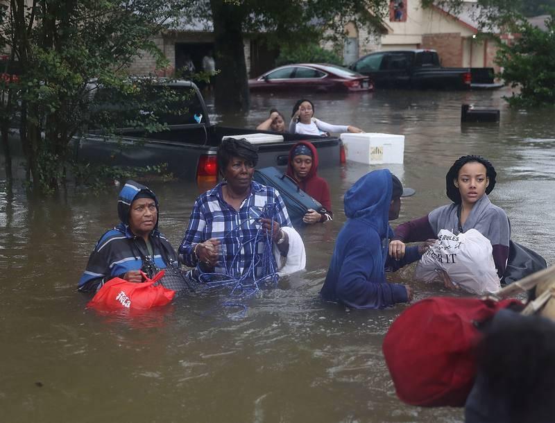 Ciudadanos de Houston evacuados de sus viviendas tras la inundación provocada por el huracán Harvey.