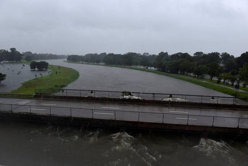 El Brays Bayou fluye junto a la carretera interestatal 610 en Texas. En algunos lugares, el agua ha llegado a sobrepasar los 1,20 metros.