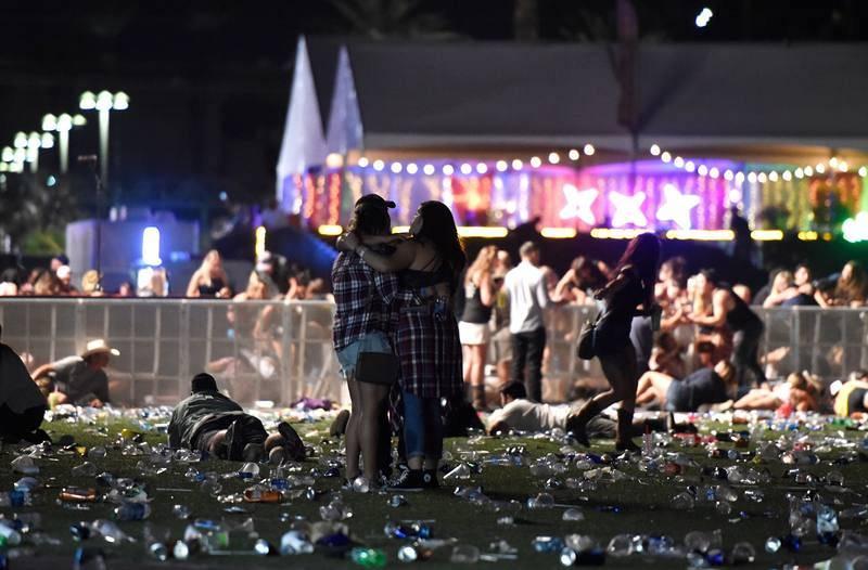 Los asistentes al Festival se ponen a salvo tras el tiroteo.
