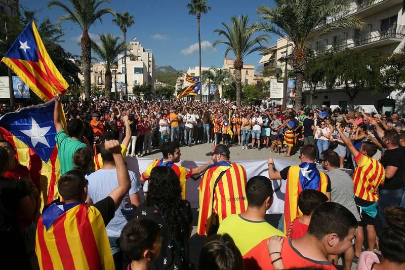 Concentración ante el pabellón firal de Sant Carles de la Ràpita en protesta por la actuación policial en la jornada del referéndum independentista del 1 de octubre