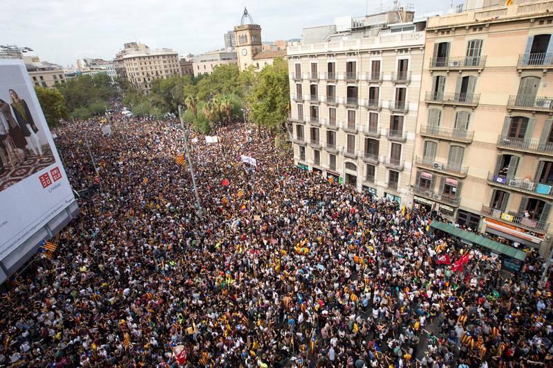 Miles de estudiantes se concentran en la Plaza de Cataluña de Barcelona para protestar por las cargas policiales en la jornada del referéndum independentista de 1-O