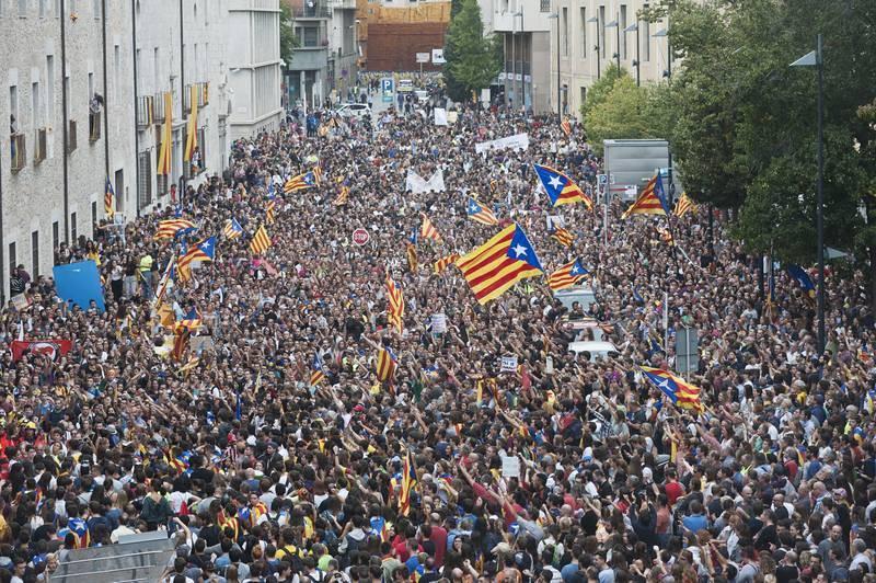 Miles de personas se concentran ante la delegación de la Generalitat en Girona