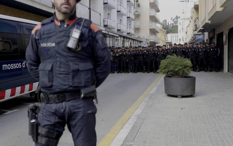 POLICIAS NACIONALES SE ENCARAN CON LA POBLACIÓN DE PINEDA QUE PROTESTA POR SU PRESENCIA