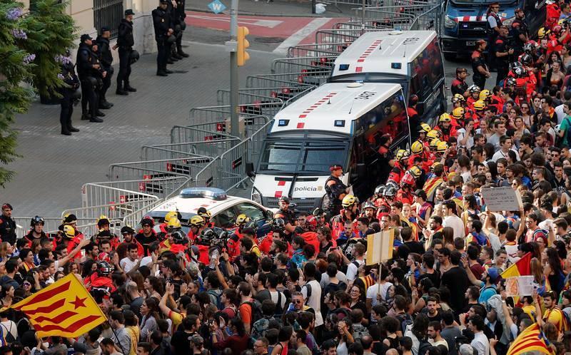 Miles de estudiantes recorren el centro de Barcelona en protesta por la actuación de la Policía Nacional y la Guardia Civil en la jornada del referéndum independentista del 1 de octubre