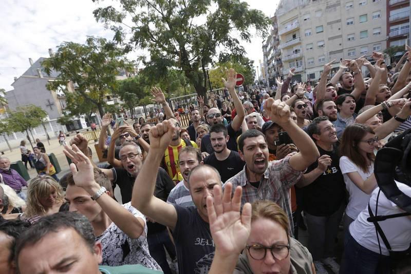 Protesta ante el hotel de Pineda de Mar donde se hospeda la Policía Nacional movilizada para frenar el referéndum independentista del 1 de octubre