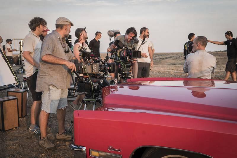 El equipo de la serie concentrado en la grabación de la escena del entierro