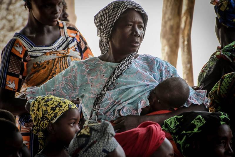 Una mujer amamanta a su niño siguiendo las indicaciones sanitarias.