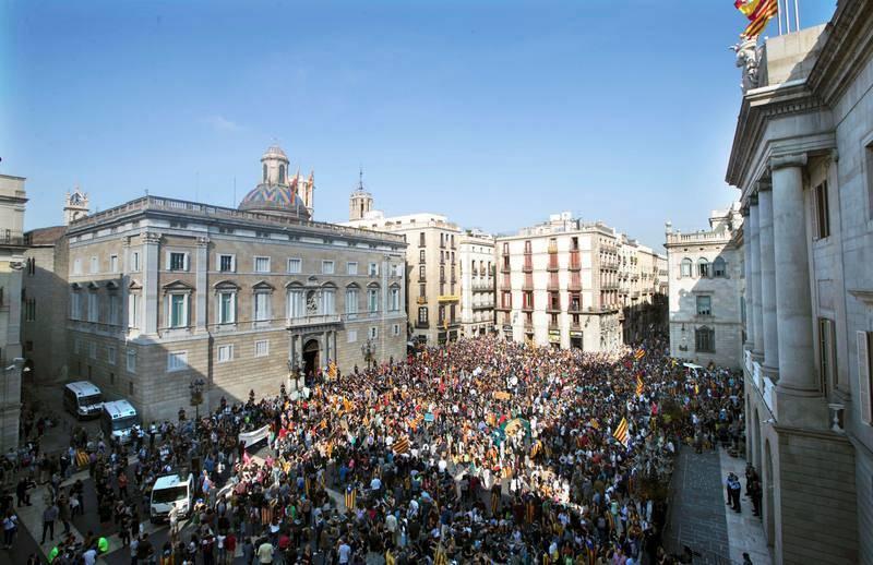 Cientos de estudiantes se han concentrado ante el Palau de la Generalitat donde protestan por el posible anuncio de elecciones autonómicas.