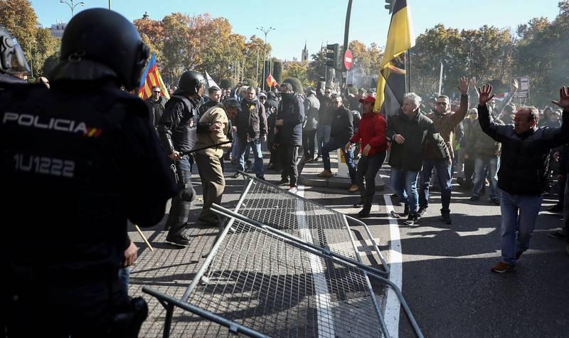 Tensión entre policías y taxistas junto al Congreso