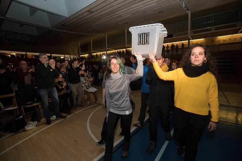 Miembros de Arran portan una urna como las usadas en la votación del día 1 de octubre, en el mitin final de campaña de la CUP en Barcelona.