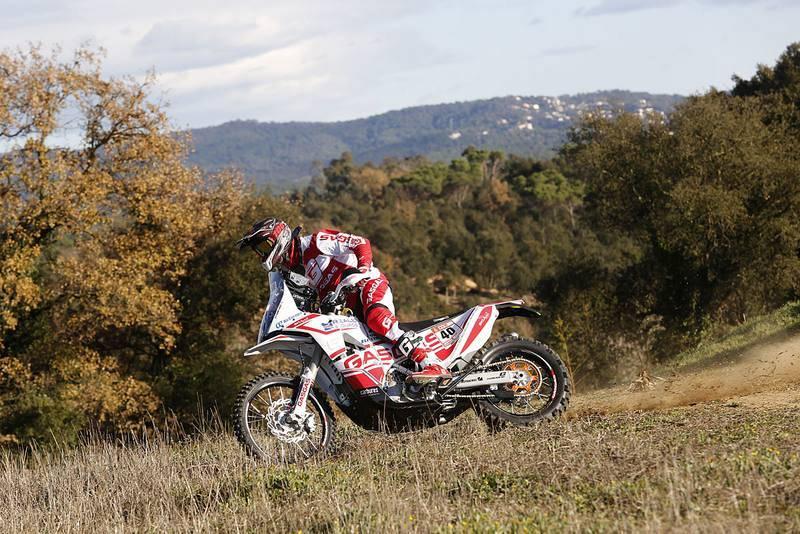 Imagen de una de las tres motos del 'Gas Gas Rally Team' rodando en el exterior.