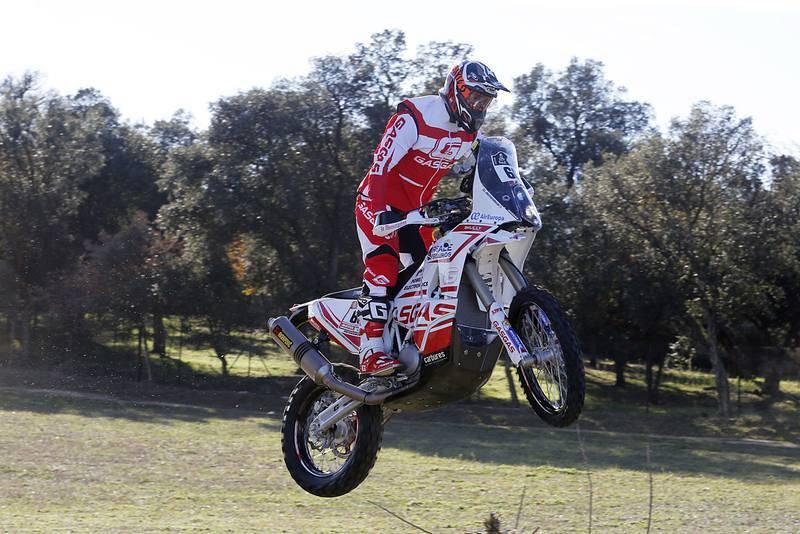 Imagen de una de las tres motos del 'Gas Gas Rally Team' haciendo un caballito.