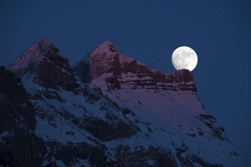La Luna, fotografiada por encima de las montañas de Gryon, en el oeste de Suiza.