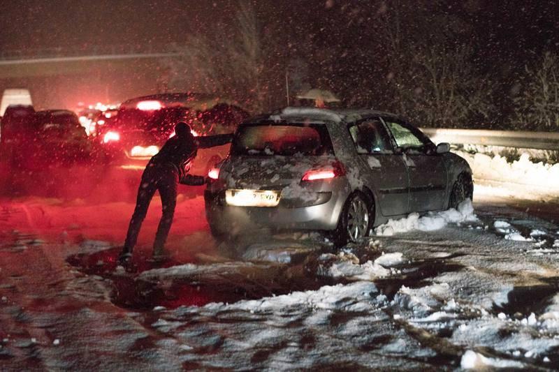 El temporal de nieve colapsa las carreteras