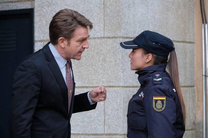 Lola recomienda al comisarío dejar la medicación