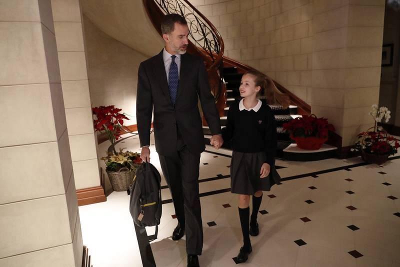 El rey, junto a la princesa Leonor el pasado 10 de enero camino del colegio. Felipe VI le lleva la mochila a su hija.