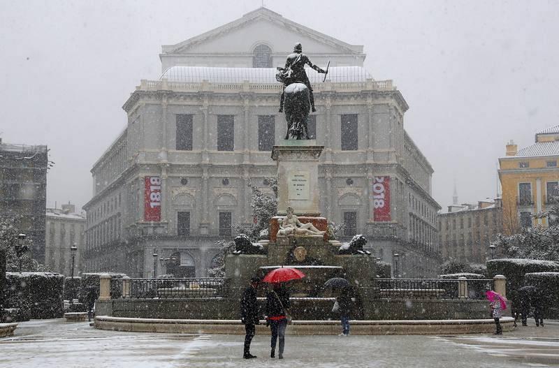 Nieve en la plaza de Ópera de Madrid