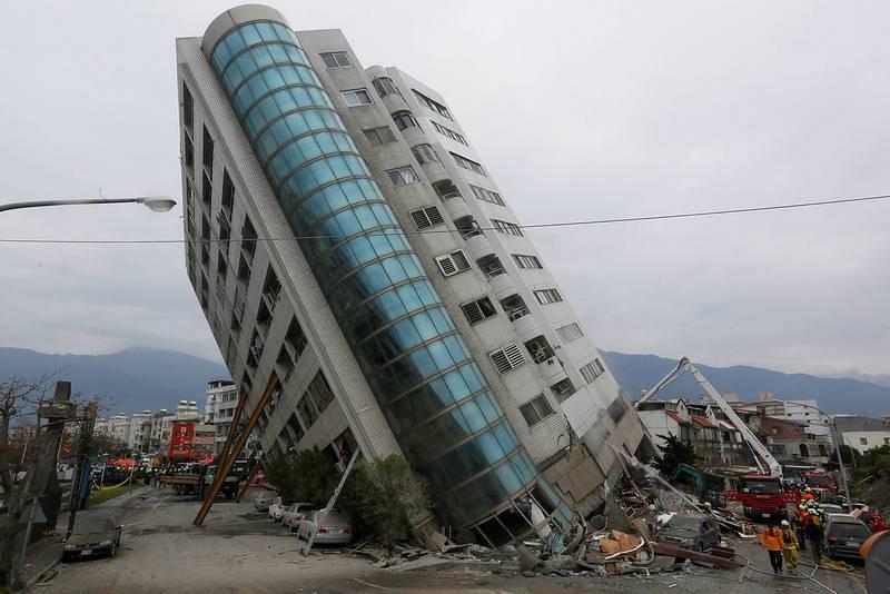 Edificio inclinado por el terremoto en Hualien. El terremoto de Taiwán ha causado al menos nueve muertos y hay más de 50 desaparecidos.