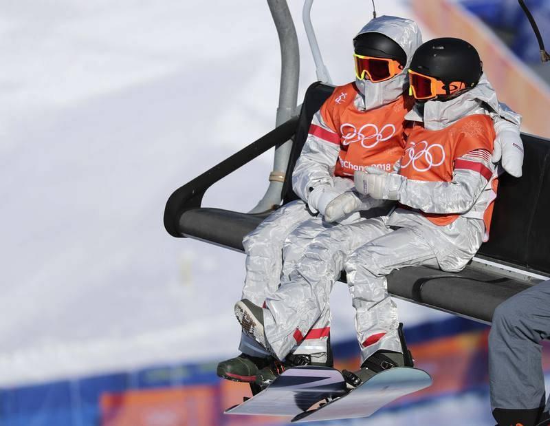 Dos miembros de la delegación de EE.UU., en el parque de nieve de Phoenix.