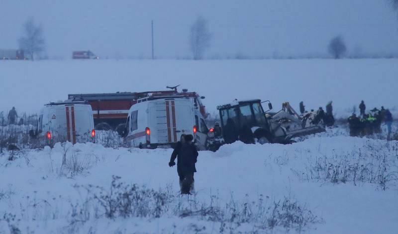 Emergency services work at the scene where a short-haul regional AnLos trabajos de recuperación de los cuerpos de las víctimas son complicados por la gran cantidad de nieve sobre el terreno