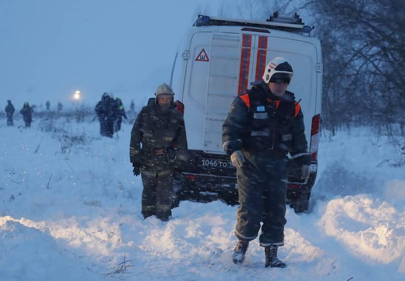 Trabajadores de los servicios de emergencia trabajan en el lugar del siniestro