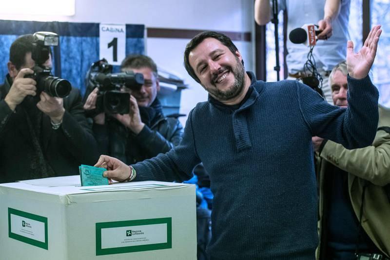 El líder de La Liga, Matteo Salvini, vota en un colegio electoral de Milán.