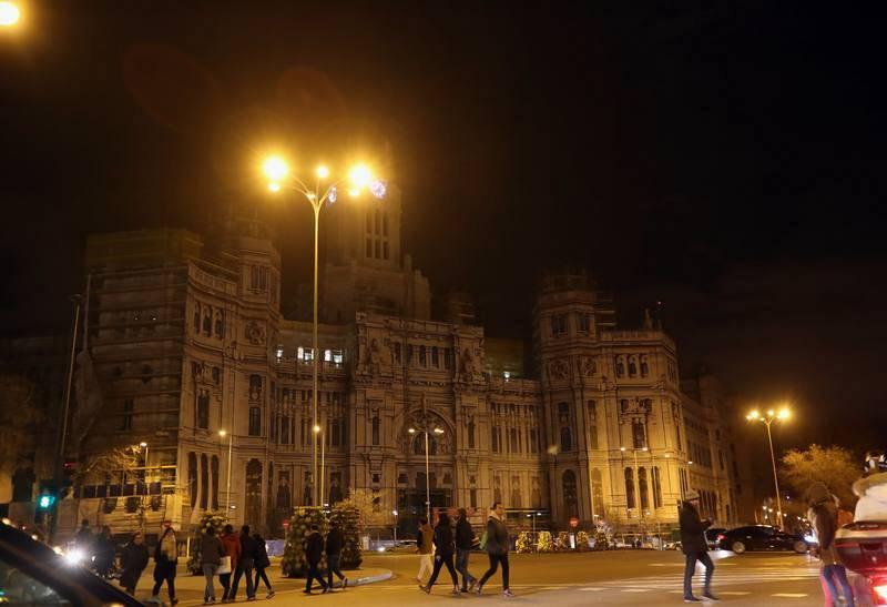 Vista del Ayuntamiento de Madrid tras el apagón planetario organizado con motivo de la Hora del Planeta