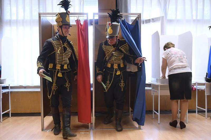 Turtsanyi Gabor y Denes Juhasz acuden a votar en un colegio electoral de Vac ataviados con el uniforme tradicional de los húsares