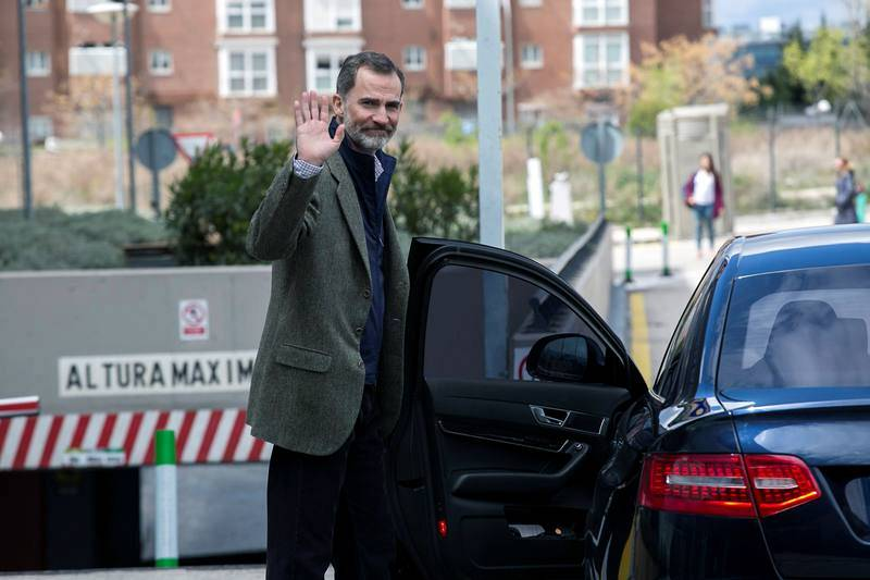 El rey Felipe VI saluda a su salida de la Clínica Universitaria La Moraleja